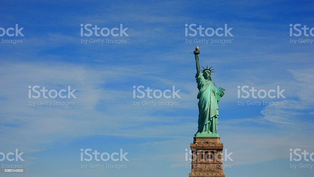 La estatua de la libertad en el cielo. foto de stock libre de derechos