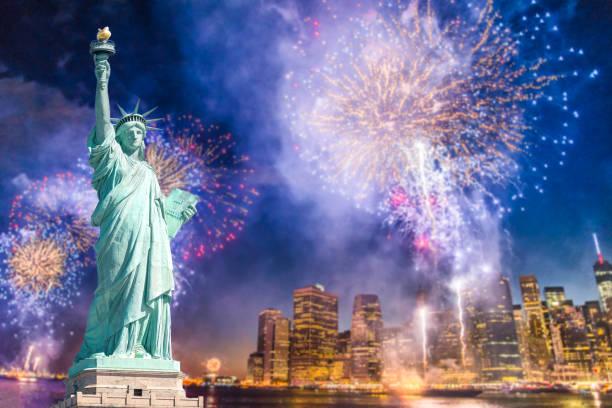 die statue of liberty mit unscharfen hintergrund des stadtbildes mit wunderschönen feuerwerk in der nacht, manhattan, new york city - new york new year stock-fotos und bilder