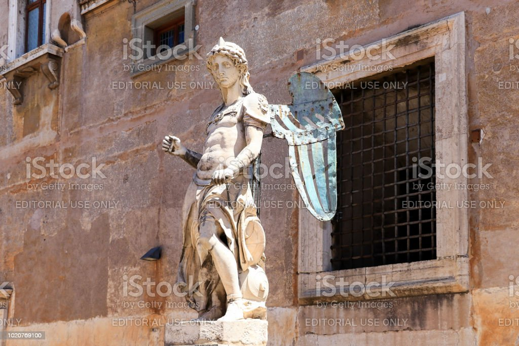 La estatua del St. Michael por Raffaello Da Montelupo, Roma, Italia - foto de stock