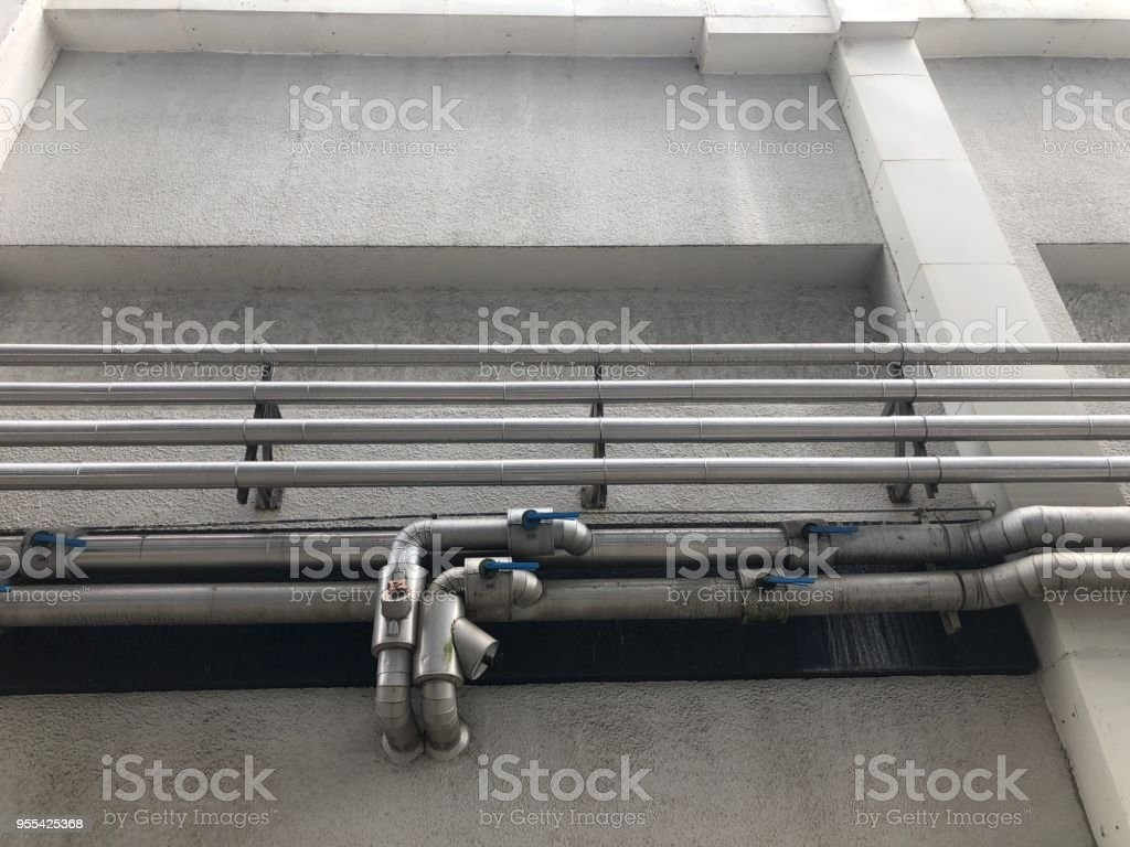The steel pipe Piping install at the outside of building. - Zbiór zdjęć royalty-free (Aluminium)