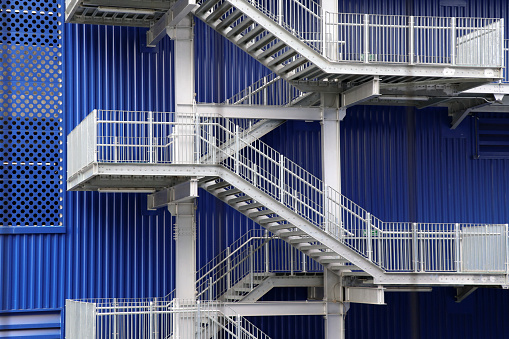 The steel staircase of the factory building is a spiral staircase for up and down.