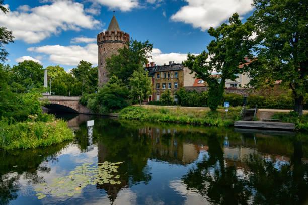 """""""브란덴부르크 안 데 어 하펠""""에 있는 중세 마을의 일부인 """"스타인 토르 투 름"""" - 브란덴부르크 주 뉴스 사진 이미지"""