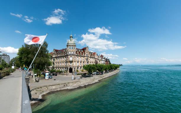 die Sternenplatzbrücke in Konstanz mit Blick auf die Altstadt und eine japanische Flagge – Foto