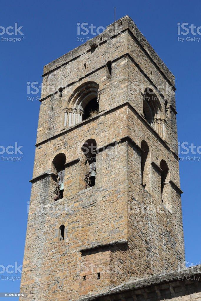 La torre del campanario de piedra del románico Santa Mary Church (Iglesia de Santa Maria) en Ainsa, un pequeño pueblo rural en las montañas del Pirineo Aragonés Español - foto de stock