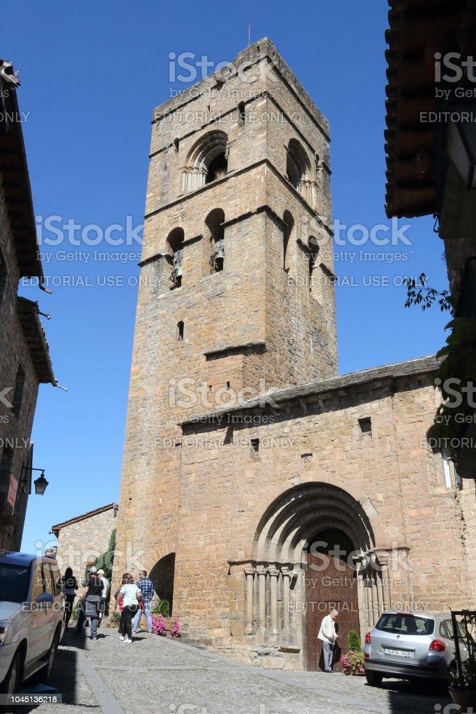El románico de piedra Santa Mary Church (Iglesia de Santa Maria) con su campanario en Ainsa, un pequeño pueblo rural en las montañas del Pirineo Aragonés Español - foto de stock