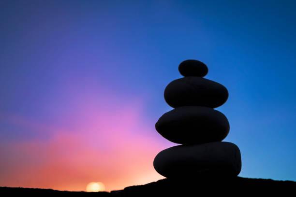 Las piedras que se apilan juntas son comparables a la meditación de yoga. - foto de stock