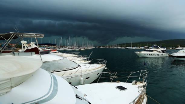 Der Sturm über den Hafen mit Yachten, Gewitterhimmel über Segelboote verankert in einer Marina, Kroatien – Foto