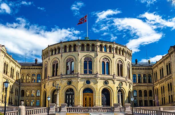 the storting, norwegian parliament in oslo - noruega fotografías e imágenes de stock