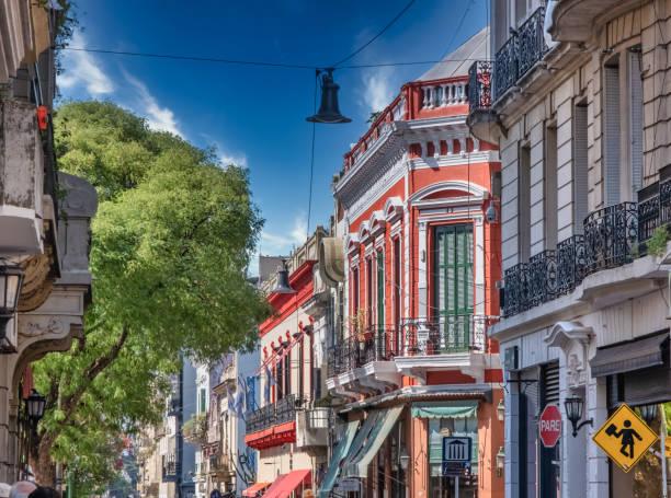 Die Straßen von San Telmo, dem ältesten Viertel in Buenos Aires, inmitten der Kopfsteinpflasterstraßen und der alten Kolonialarchitektur, Argentinien – Foto