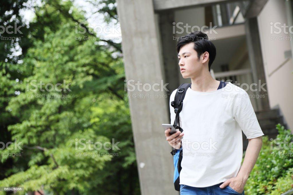 fotografía de el estudiante esperando un amigo funciona un