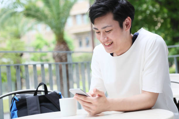 メールを読むこと満足している学生 ストックフォト