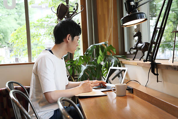 the student who studies with a pc - 大学生 パソコン 日本 ストックフォトと画像