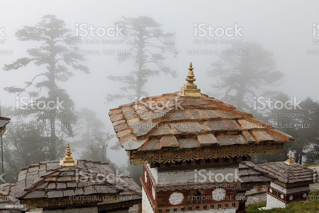 The stupa´s of Dochu La in misty weather foto