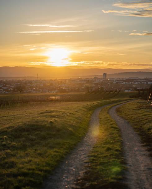 太陽は、オーストリアのブルゲンラント州アイゼンシュタットに設定します。 ストックフォト