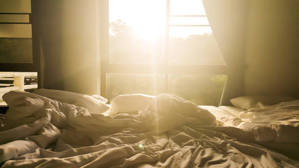 Am Morgen scheint die Sonne durch die Fenster. – Foto
