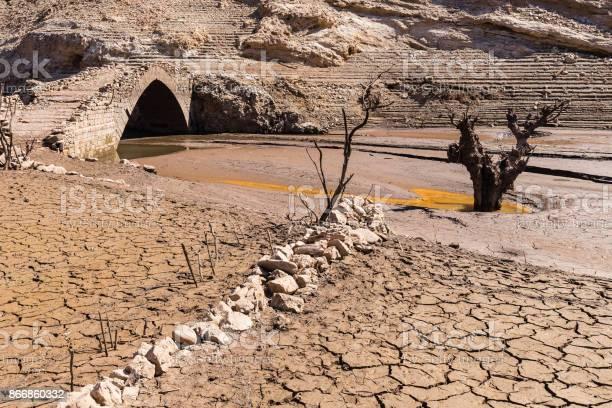 The sunken village of mansilla de la sierra spain picture id866860332?b=1&k=6&m=866860332&s=612x612&h=j 3 peficto5re4kzcipeduxtouwlfbdgo1srcflzgu=