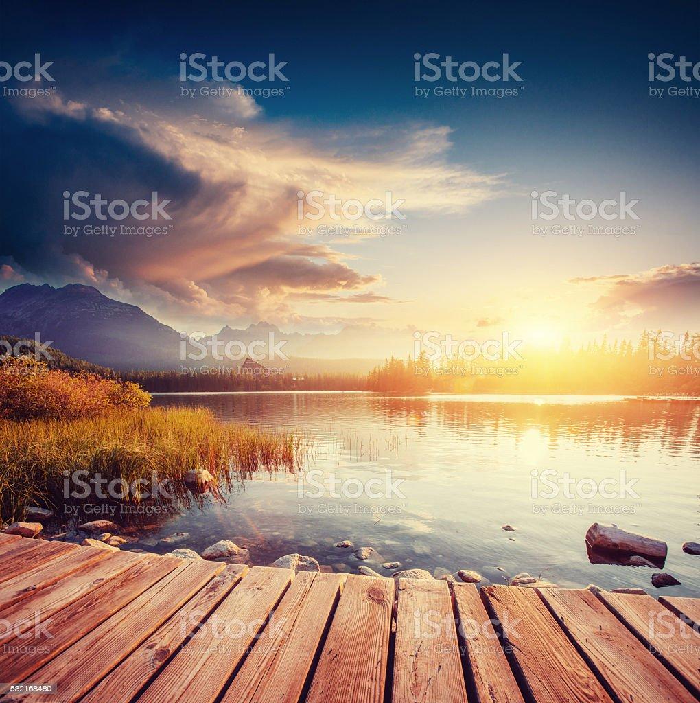 Den Sonnenaufgang über der See im park High Tatras. – Foto