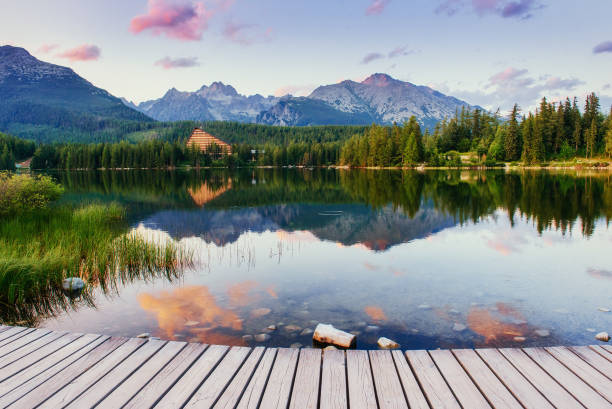 Le lever du soleil sur un lac dans le parc des Hautes Tatras. Shtrbske Pleso, - Photo