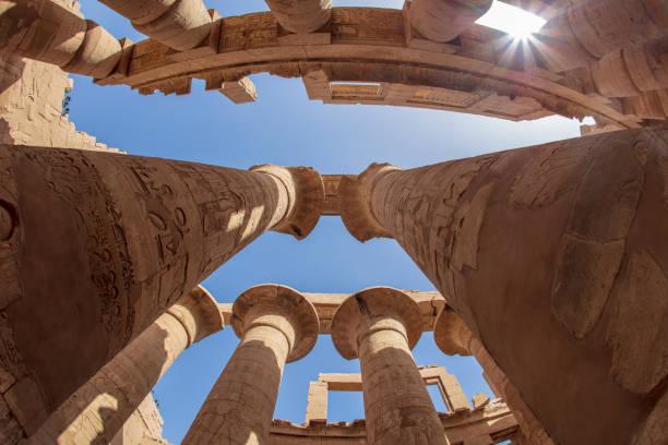 Die Sonnenstrahlen dringen in die Säulen des Karnak-Tempels ein. – Foto