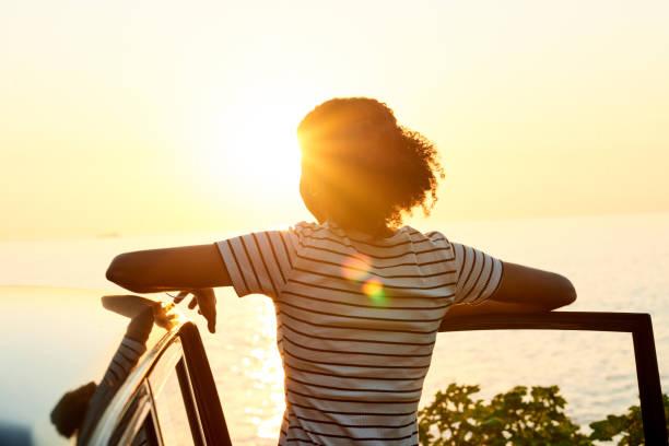 de zonsondergang was het hoogtepunt van haar reis - onherkenbaar persoon stockfoto's en -beelden