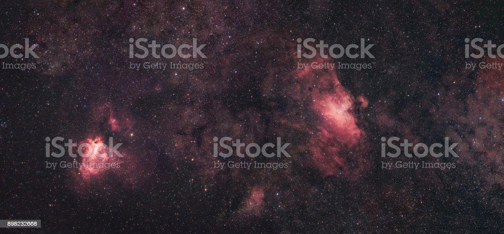 Der Schwan-Nebel (Messier 17) und der Adlernebel (Messier 16) nebeneinander – Foto