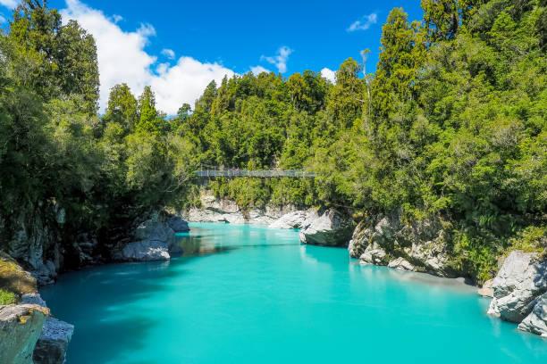 Die Drehbrücke ist am atemberaubenden türkis blauen Fluss in Hokitika Schlucht auf der Südinsel Neuseelands. – Foto
