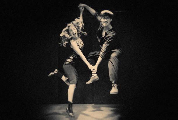die swing-tänzer auf der bühne - rock n roll kleider stock-fotos und bilder