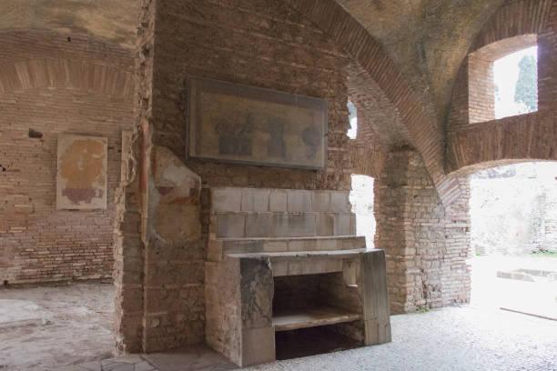 der tisch und die regale gegen den zentralen teil der ostwand von raum 6 in ostia antica, provinz rom, latium, italien. - römisch 6 stock-fotos und bilder