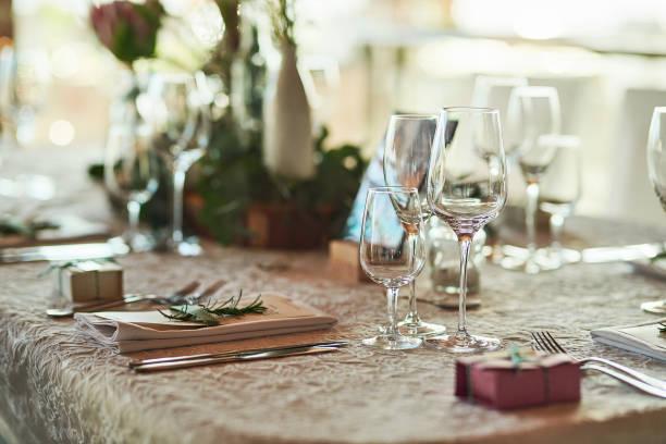 Die Tischdekoration ist in Punkt suchen. – Foto