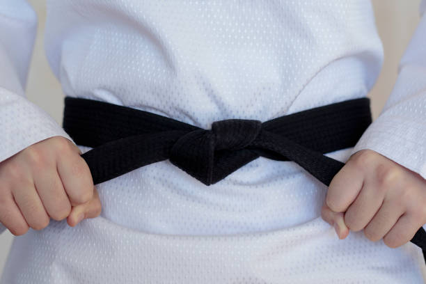 la fille de taekwondo avec ceinture noire - arts martiaux photos et images de collection