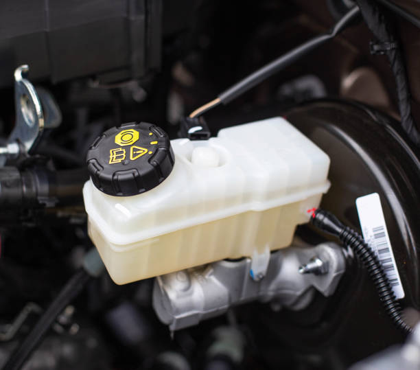 der tank mit bremsflüssigkeit im auto im motorraum. das konzept des funktionierenden bremssystems, - bremse stock-fotos und bilder