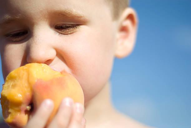 il sapore dell'estate - pesche bambino foto e immagini stock