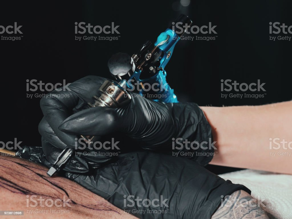 Fotografía De El Artista Del Tatuaje En El Trabajo Mujer En Guante