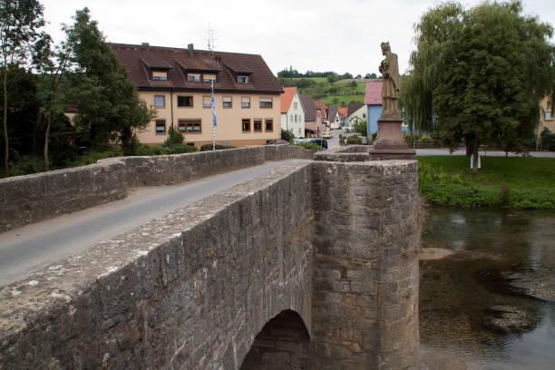 de tauber brug werd gebouwd in 1733 - taubertal stockfoto's en -beelden