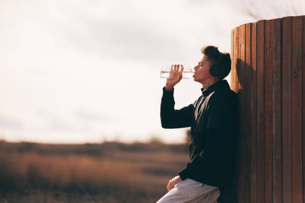 the teenager is resting against a wall, in pause between exercises - lepro stock pictures, royalty-free photos & images