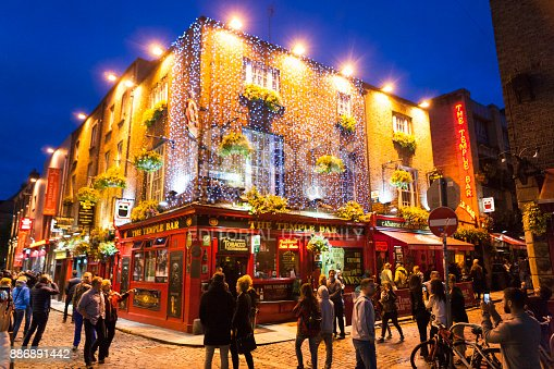 172763398 istock photo The Temple Bar Pub at Temple Bar District in Dublin, Ireland 886891442