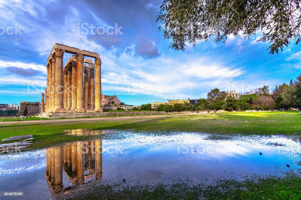 O templo de Zeus Olímpico (grego: Naos tou Olimpiou Dios), também conhecido como o Olympieion, Atenas, Grécia. - foto de acervo