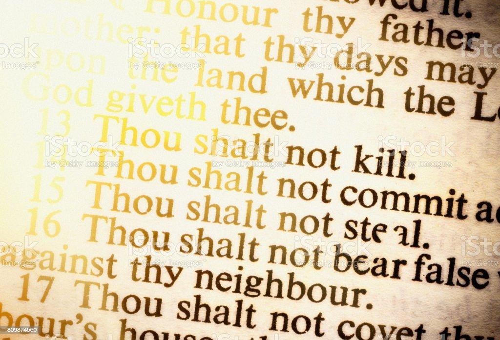 Os dez mandamentos, bem iluminados, na velha Bíblia - foto de acervo