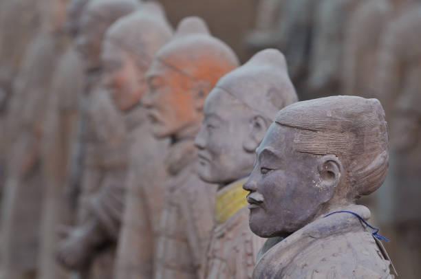 die terrakotta-armee ist eine sammlung von terrakotta-skulpturen, die darstellung der armeen von qin shi huang, der erste kaiser von china. - imperialismus stock-fotos und bilder