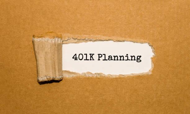 der text 401 k planung erscheint hinter zerrissenes papier braun - k projekt stock-fotos und bilder