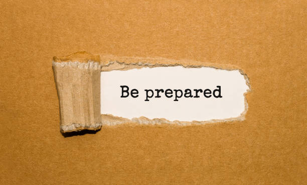 Der Text Sei vorbereitet und erscheint hinter zerrissenem braunem Papier – Foto