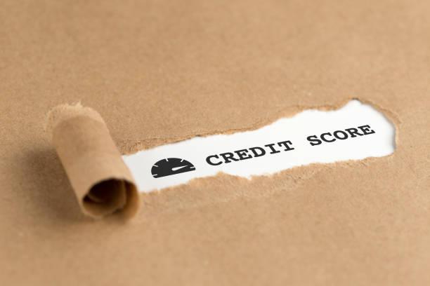 Der Text Kredit-SCORE erscheint hinter zerrissenes Papier braun – Foto