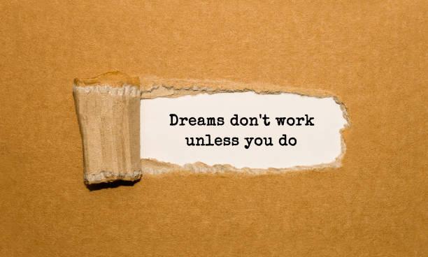 der text träume funktionieren nicht, es sei denn, sie tun erscheint hinter zerrissenes papier braun - motivationsfitness zitate stock-fotos und bilder