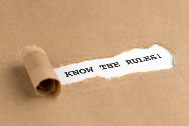 Der Text kennen die Regeln! erscheint hinter zerrissenes Papier braun – Foto