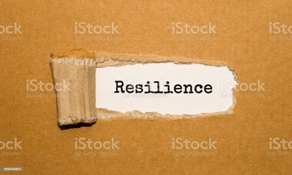 Der Text Widerstandsfähigkeit erscheint hinter zerrissenes Papier braun – Foto