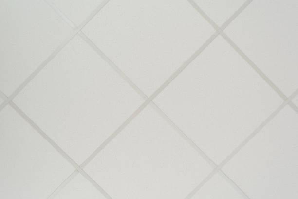 die textur einer zwischendecke, bestehend aus quadratischen platten und eine regie profil der diagonale anordnung, eine abstrakte weißen hintergrund - dachschräge einrichten stock-fotos und bilder
