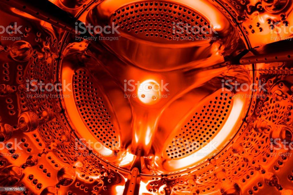 La textura del cilindro o barril de la lavadora. Antecedentes en el color naranja vivo - foto de stock