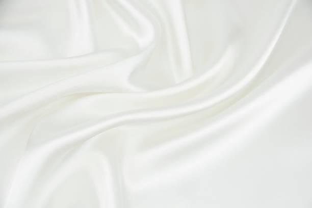 die textur des satingewebe von weißer farbe für den hintergrund - satin stock-fotos und bilder