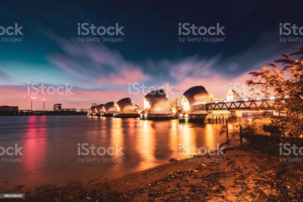 The Thames Barrier w nocy, Londyn, Wielka Brytania - Zbiór zdjęć royalty-free (Katastrofy i wypadki)