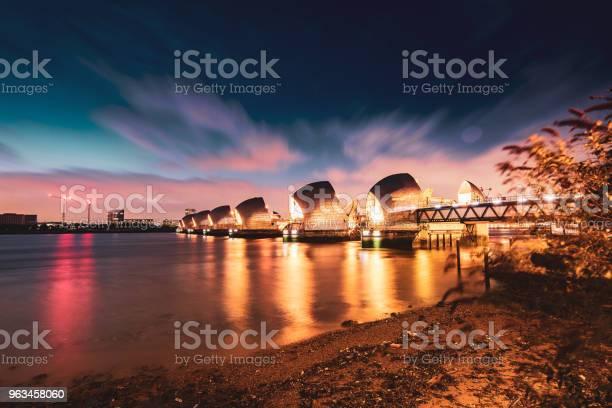 The Thames Barrier W Nocy Londyn Wielka Brytania - zdjęcia stockowe i więcej obrazów Katastrofy i wypadki